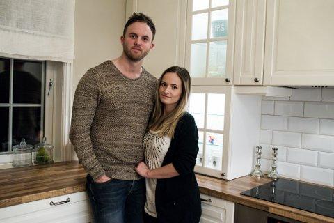 LANGT TILBAKE: Dette bildet er frå 2015, då paret hadde pussa opp sitt tidlegare hus. Året etter reiste dei ein mur til 9600 kroner. Då dei selde huset i 2020 kom gebyra.