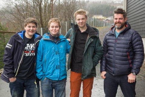 Trivst med praksis: Jaran J. Rysjedal, Jo Kårstad og Adrian Moldestad. Til høgre lærar Roy Inge Råheim.