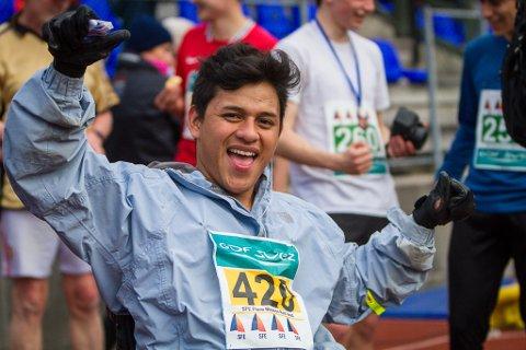 Melvin Gómez jublar etter å ha komme i mål på 5 kilometeren under Rett Vest i Florø.