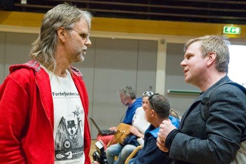 Råmund Nyhammer hadde teke turen frå Balestrand for å støtte kampen mot fjorddeponiet. Her i samtale med Eid-ordførar Alfred Bjørlo (til høgre).