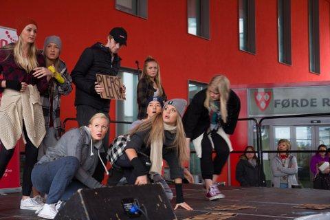 PRIVINNAR: Dans Uten Grenser, her under ei opptreden i Førde sentrum.