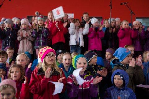 Både born og vaksne samla seg laurdag ved Rådhuset i Førde for å vere med å markere «Eg er her»-kampanjen og å sende ein klar og tydeleg beskjed om at seksuelle overgrep mot born må snakkast om. Her bidrar elevar frå 1.-7.klasse ved skulane i Førde med song.