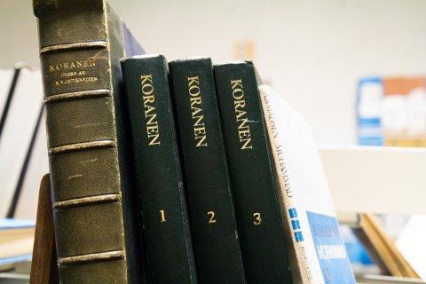 Seim hadde mange ulike utgåver av Koranen i biblioteket sitt- Bøkene finn du no i kjellaren på biblioteket i Florø.