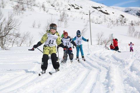 Trym Heldal, Sigrid Gunnarskog og Asbjørn Ringstad Norevik med ihuga innsats under karusellrennet som gjekk av stabelen på Siplo påskeafta.
