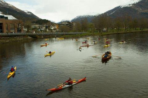 Fleire kajakkar har i dag lagt ut på padletur mot Vevring i ein stille protest mot fjorddeponi.