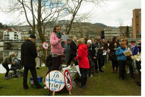 Ragnhild Underlid heldt appell på vegner av det ho kalla «ungdomsopprøret» mot fjorddeponi under markeringa 1. mai.
