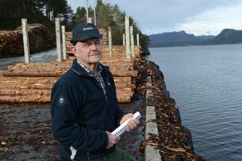 Gunnvar Seljeseth er i styret i Flora skogeigarlag, og driftar også tømmerkaia i Eikefjord. Han gler seg over at dei no får søkje om statsstøtte, og fortel at dei lenge har hatt planar om å utvide kaia.