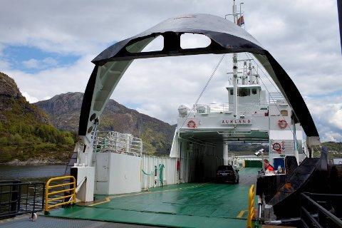 BRU FOR ferje: Kostnadene med å drive Atløyferja vil kunne brukast til å finansiere fastlandssamband, over ein periode på førti år.