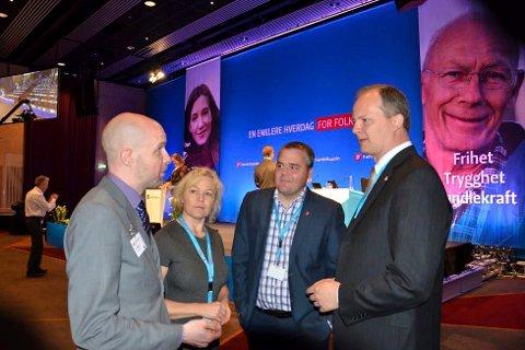 Frank Willy Djuvik (t.v.) i samtale med samferdsleminister Ketil Solvik-Olsen under landsmøtet i Frp sist helg.