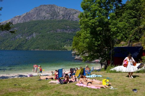 BLIR IKKJE BADEVÊR: Sjøen er framleis kald, men kanskje nokon tør å bade likevel? Her ved Badevika i Dale.