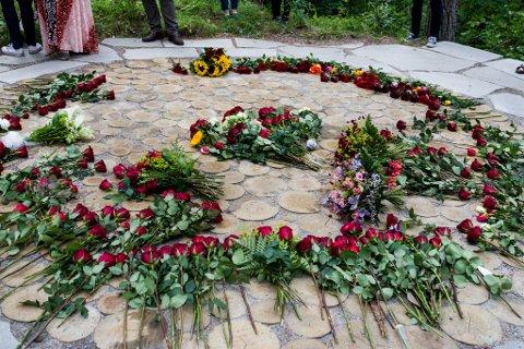 MINNEMARKERING: Torsdag er det ti år sidan terroren på Utøya og i Regjeringskvartalet. Det markerast fleire stader i landet. Her er frå minnemarkering for 22. juli på Utøya 2015.
