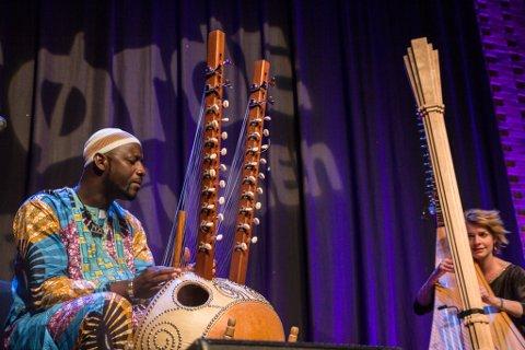 VERDSMUSIKK: Førdefestivalen har blitt ein av dei viktigaste møteplassane for folkemusikk i verda. På biletet ser vi Catrin Finch frå Wales og Seckou Keita frå Senegal, under ein konsert i 2015.