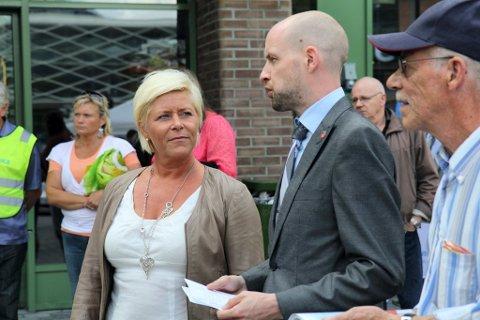Finansminister Siv Jensens skatteomlegging møtte massiv protest i fylkesutvalet. Berre partifellen Frank Willy Djuvik støtta henne. Her er dei to under eit tidlegare valkampmøte i Førde.