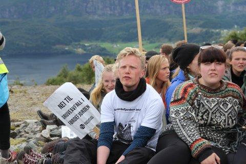 Vevring Engebøfjellet Natur og ungdom sin sommarleir, sjødeponi, øving på sivil ulydnad. Arnstein Vestre i kvit skjorte er leiar i organisasjonen.