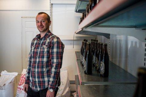 PÅ FLYTTEFOT: Kvernafossen Bryggeri AS flyttar inn i Viken-bygget i Vadheim. – Det blir ikkje meir sentralt enn dette, seier Øystein Adler Øvrebø. Butikken er open laurdagar.