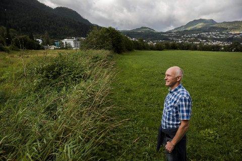 Bjørn-Harald Haugsvær vil ha landsby for demente på Indre Øyrane med kort veg til dagens sjukeheim (i bakgrunnen). For pårørande er det godt å vite at den demente har ein variert kvardag, sjølv med rutinar og faste folk rundt seg, seier han.