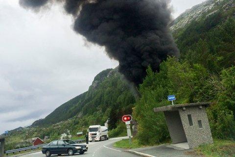 BRANN: Ein tankbil med rundt 16.000 liter bensin køyrde i ein fjellvegg i Skatestraumtunnelen i Bremanger og eksploderte.