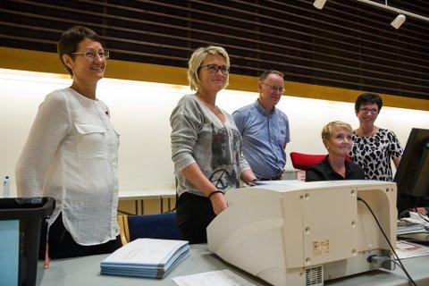 Full kontroll ved teljemaskina. F.v. Marit Kleiven, Marit Solheim, Ole John Østenstad, Dagunn Indrebø og Kirsten Sunde.