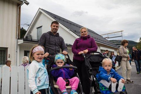 Ole Ingar Bruflot og Katrine Stubhaug har med seg borna Hedda Bruflot og Malin Bruflot og tanteungen Eilo på tur til røystelokalet i Naustdal kyrkjelydshus.
