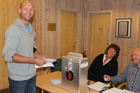 Roger Grimelid frå Stongfjorden køyrde seks timar for å få stemme. Han rakk det akkurat, og kom styrtande inn i vallokala 40 seskund før dei stengde.