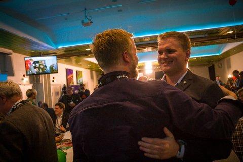 Her får Alexander Øren Heen beskjed om at han har felt Arbeiderparti-bastionen i Årdal.