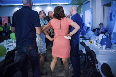 Jenny Følling (med ryggen til) og Sp vart valets store vinnar i fylket. Frank Willy Djuvik (t.h.) fekk oppleve eit katastrofeval for Frp, med oppslutnad heilt nede på 4,8 prosent i fylkestingsvalet.