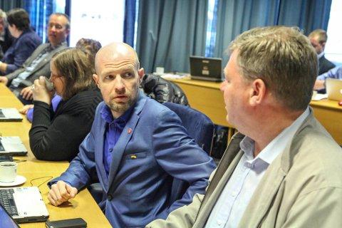Frank Willy Djuvik har vore ein av dei ivrigaste debattantane i fylkesutvalet. No er han ute. Høgres Noralv Distad (t.h.) blir.