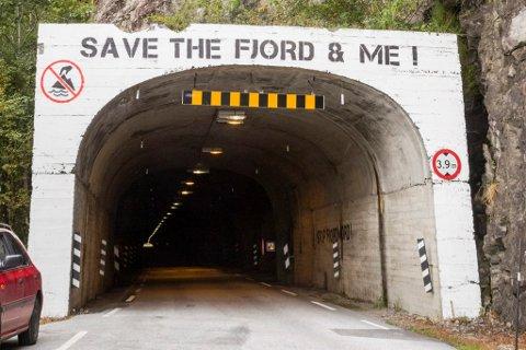 SIKRAST: Naustdal kommune vil ha ei sone på 50 meter kring tunnelen i Engebøfjellet som førebels skal bandleggast til vegføremål.