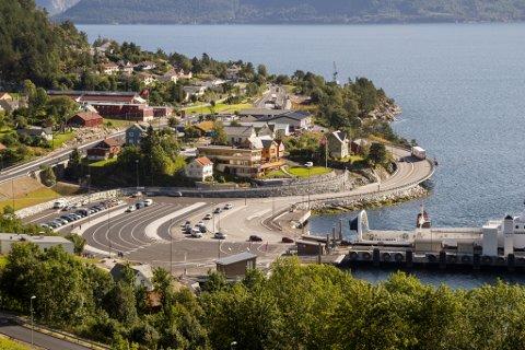 Lavik sentrum med ny ferjekai og ny E39-trase langs med fjorden.