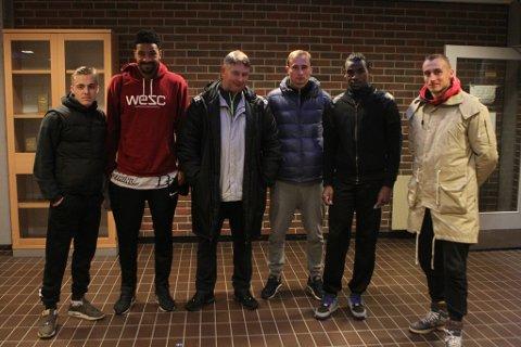 Dette er prøvespelarane Terje Rognsø og Florø ser nærare på: Frå venstre: Luc Jeggo, Kenneth Diallo, Terje Rognsø, Mykolas Krasnavskis, Rashad Mohammed og Pavilas Krasnavskis.