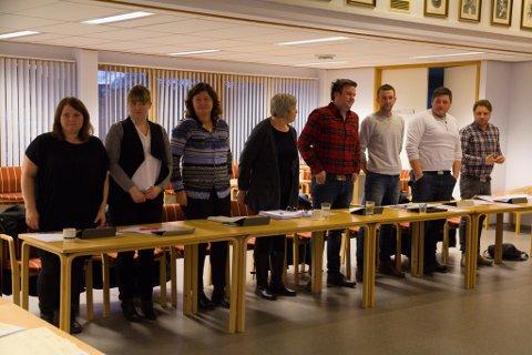 Senterpartiet sine representatar røysta for ei folkeavrøysting. f.v.: Irene Langeland, Ida Ravnøy Fretland, Randi Engen, Hjørdis Åsnes, Øystein Osland, Kjartan Åsnes,  Håkon Langeland og Torkil Sandsund