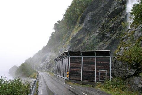Fylkesveg 609 mellom Askvoll og Førde blir stengd ved Heilevang frå klokka 19.00 onsdag kveld. Her frå eit av fleire ras som tidlegare har gått på vegen ved Hundsåna.