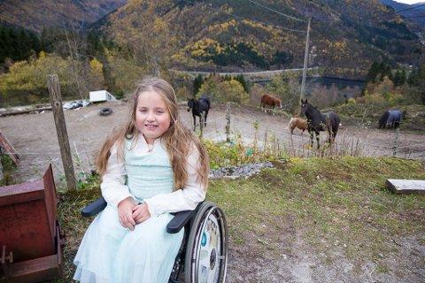 KLART EG KAN: Ariell Ulltang Savland (8) er med i årets sesong av «Klart eg kan». Den brune hesten i bakgrunnen er Ariell sin Penny.