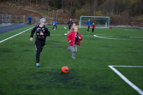 AKTIVITET: Alle som bur i Vieåsen, kan no høyre born spele på fotballbana. Her er Malin Nødseth og Jakob Folkestad i ein duell.