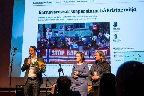 ÅRETS NYHEITSSAK: NRK Sogn og Fjordane og Bård Siem fekk pris for dei kritiske sakene om barnevernet i Naustdal. Distriktsredaktør  Terje Gilleshammer tok imot prisen.