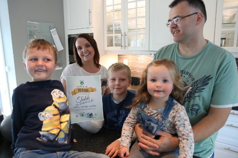 VANN: Familien i Førde kan glede seg over 10.000 kroner rett i lomma. T.v: Sander(6) Hilde, Aron(9), Ella(2) og Svein Inge Halbrend.