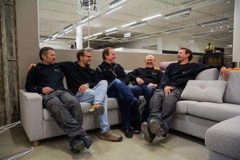 POTETER: Dei som jobbar i Fagmiljø må kunne gjere litt av alt. Her i ein sofa i møbelavdelinga. Frå venstre Lasse Bruland, Joar Friborg, Henning Bruland, Torgeir Djupvik og Ronni Rivedal