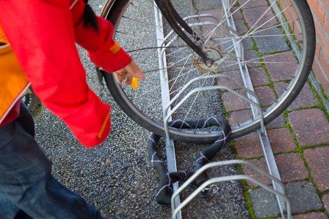 IKKJE GJER SLIK: Kamsås anbefaler å låse ramma til sykkelen fast, og ikkje berre framhjulet. Då er det kanskje berre hjulet som står igjen.