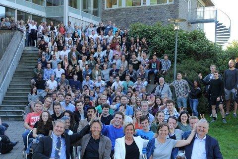 Studentar kan glede seg over elleve månader med studiestøtte. I dag er det berre ti. Her frå studiestart i Førde i år.
