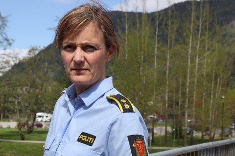 ETTERFORSKINGSLEIAR: Linda Åmelfot fortel at politiet jobbar med omfattande etterforskingsarbeid i to valdtektssaker i Førde.