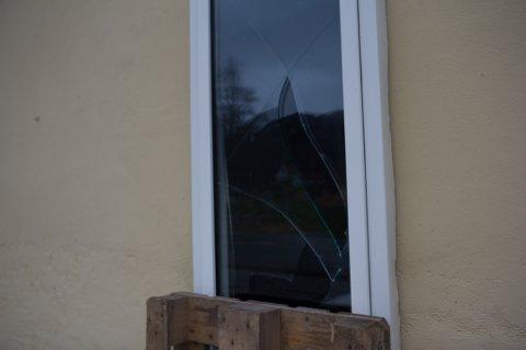 KNUST: Berre eit vindauge vart øydelagt i galleribygningen, som er oppført i mur.