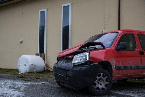 KOLLISJON: Det vart ein brå slutt på køyreturen til føraren av denne bilen.