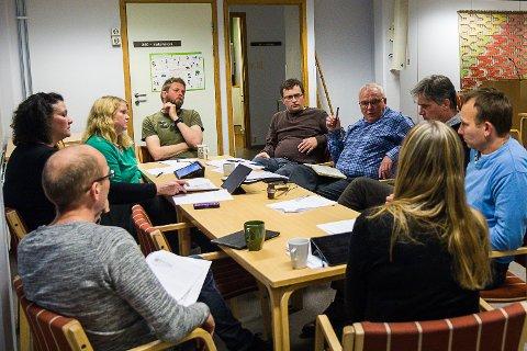 FOR HOGG: Barnehagane står øvst på kuttlista. Frå venstre: Leif Jarle Espedal (Ap), Anne Hopland (Sp), Irene Langeland (Sp), Carl Joakim Lanninge (SV), Kjartan Hobbestad (Ap), Ole Jakob Nedrebø (Sp), Arne Osland (V), Kjetil Fristad (Ap) og Marit Hammer (kommunalsjef oppvekst).