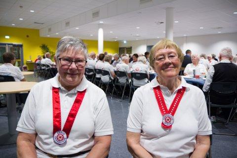 VERTAR: Ann Lundekvam (t.v.) og Sidsel Ødven inviterte seniordansarar frå heile Sunnfjord til Gaularhallen.