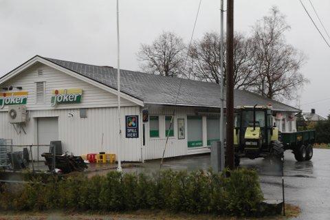 UTVIDAR: Butikken på Atløy skal bli ein del av prosjektet Kommunen og nærbutikken, og treng meir areal. For å løyse det skal dei sette opp ei brakke på baksida av butikkbygget.