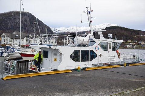 UTSET NEDLEGGING: Ambulansebåten i Askvoll får leve to år på overtid, om styret vedtek råda frå administrasjonen i Helse Førde.