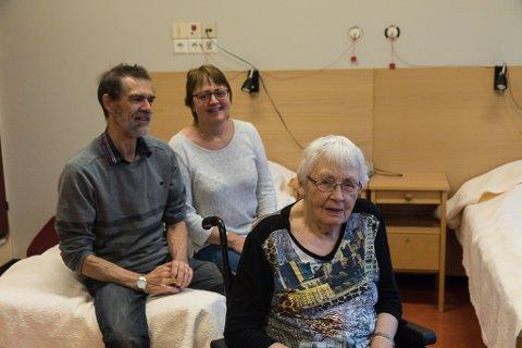 RASFASTE: Arve Takle, Oddbjørg Takle og Anna Bareksten enda etter mykje om og men opp på pasienthotellet ved Førde sentralsjukehus.