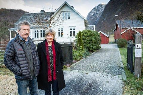 VEGS ENDE: – Vi har heile tida vore positive til å drøfte ulike trasear for ein turveg, så lenge den ikkje går gjennom tunet vårt, seier Per og Aslaug Løbø Navarsete.
