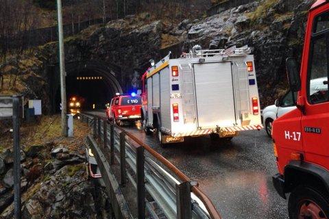 Full utrykking: Brannvernet rykte ut frå Høyanger, men på grunn av arbeid i Kvernhaugtunnelen som ligg nærast Høyanger, så vart det ventetid der medan maskinene inne i tunnelen flytta seg.