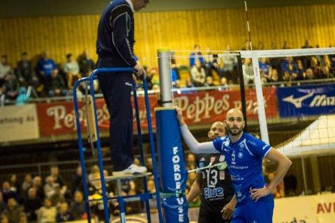 Mathias Loftesnes fortvilar etter at Førde har tapt poeng mot det portugisiske laget.